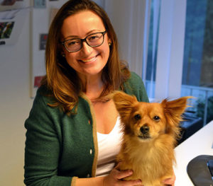 Hanna, Gründerin von Tierschutz-Shop mit Bürohund Cuco