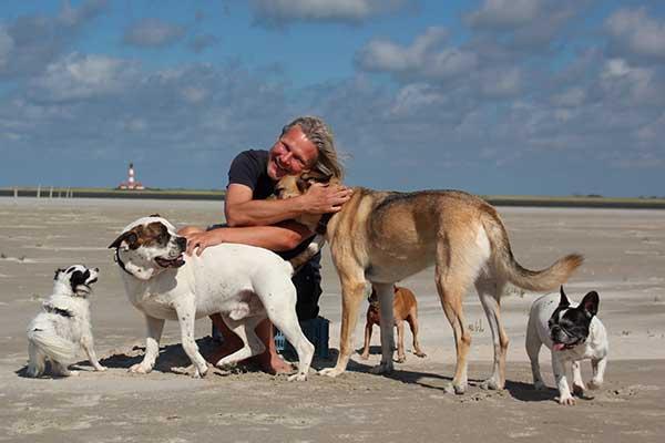 Frank Weber mit Hunden am Strand