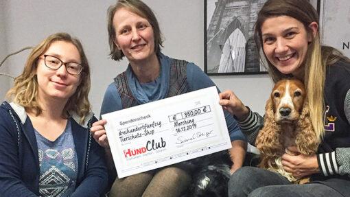 Mitarbeiterinnen von DER HUND Club mit Scheck
