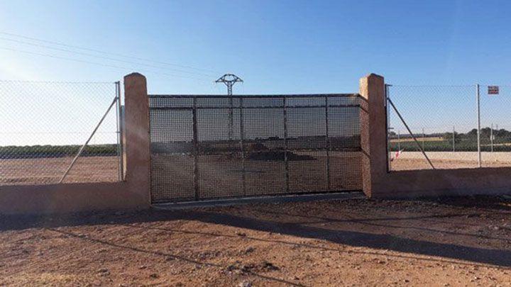 neues großes Tor mit Zaun auf Tierheim-Gelände