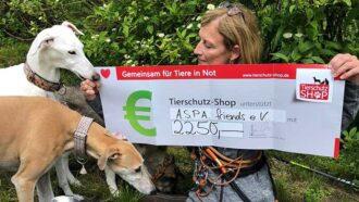 Tierschützerin vom Verein A.S.P.A. friends e.V. mit Scheck und Hunden