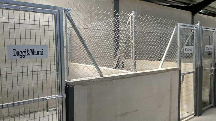 neugebaute überdachte Zwingeranlage aus Mauern und Maschendrahtzaun im Tierheim